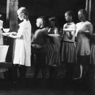 Ruoanjakelua kansakoulussa 1919