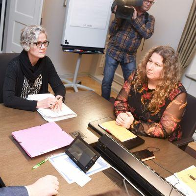 Posti- ja logistiikka-alan unioni PAU:n puheenjohtaja Heidi Nieminen (oik.) sekä Palvelualojen työnantajat Palta ry:n toimitusjohtaja Tuomas Aarto (vas.) jatkoivat TES-neuvotteluja valtakunnansovittelija Vuokko Piekkalan johdolla Helsingissä 13. marraskuuta.
