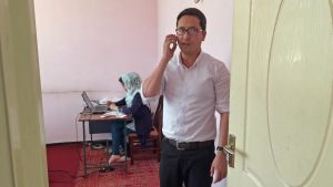 Abdul Ghafoor på organisationen Amoso talar i telefon.