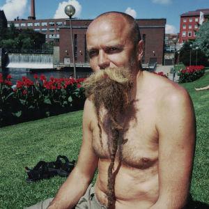 Esa Kallio vuonna 1998 pitkässä rastaparrassaan Tampereella.