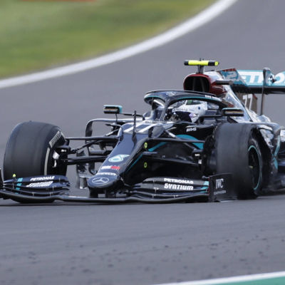 Valtteri Bottas kör med punktering.