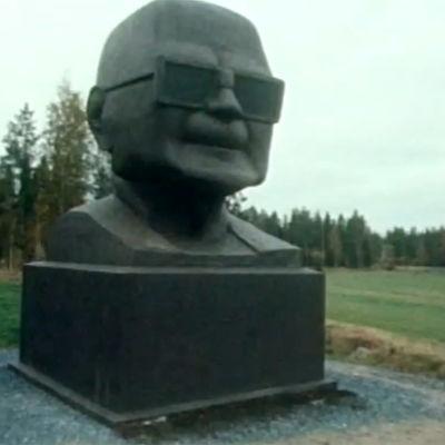 Kansantaiteilija Matias Keskisen tekemä patsas Urho Kekkosesta