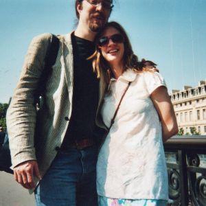 Ramon Maronier ja Katja Lindroos nojaavat toisiinsa sillalla Pariisissa.