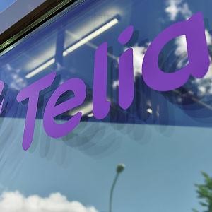 Telia-logga på ett fönster.