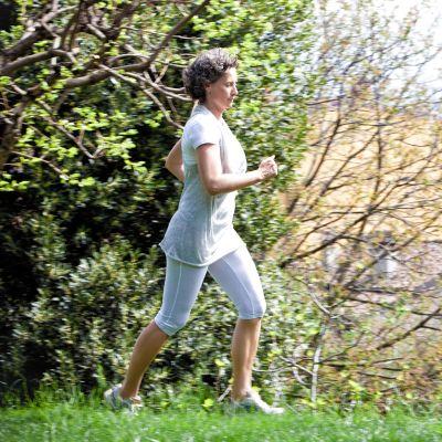 keski-ikäinen nainen juoksee