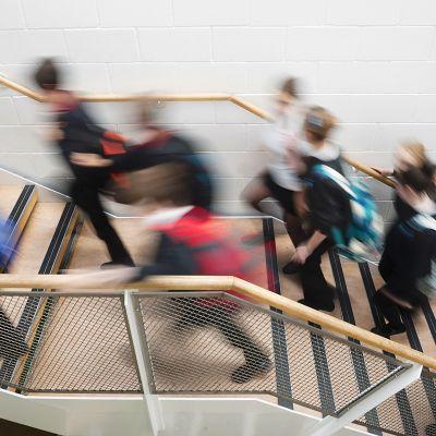 koululaisia rappukäytävässä