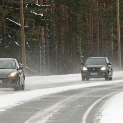 autoja talvisella tiellä