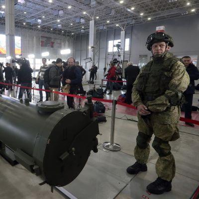 Sotilas vartioi risteilyohjuksen laukaisuputkea Kubinkassa, Moskovan lähellä sijaitsevassa näyttelykeskuksessa.