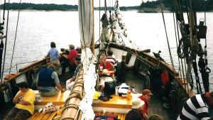 Folk från Kårkulla ute och seglar