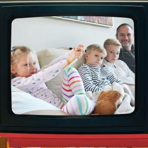 Barnfamilj tittar på gamla barnprogram