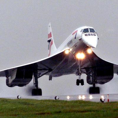 British Airways -yhtiön Concorde-kone laskeutumassa Iso-Britannian Oxfordshireen 17. heinäkuuta 2001.
