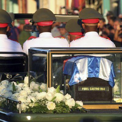 Fidel Castron hautajaissaattue matkalla kohti Santiago de Cubassa Santa Ifigeneian hautausmaata.