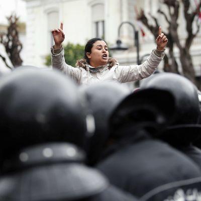 Mielenosoittajia ja mellakkapoliiseja Tunisissa.