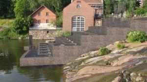 En bild av kraftverket i Billnäs bruk där man ritat in en fiskväg.