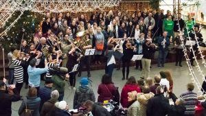 Flashmob i Rewell Center i Vasa. Vasa Övningsskolas gymnasiekör och Wasa Sinfonietta.