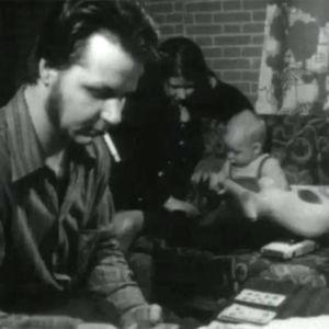 Mies, nainen ja lapsi pienessä huoneessa asumisen ahtaudesta kertovassa ohjelmassa (1970-luku)