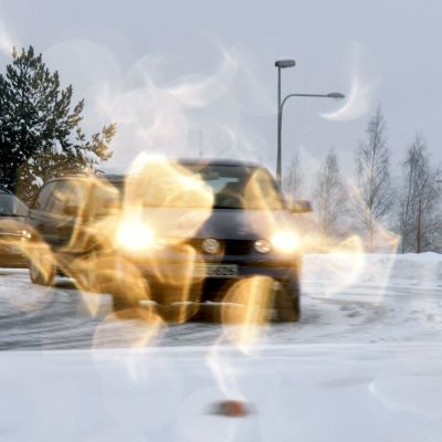 Liikennettä lumisateessa Espoon Lommilassa.
