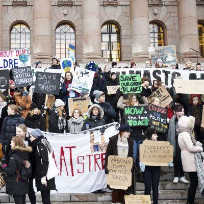 Koululaiset osoittivat mieltään ilmastonmuutosta vastaan eduskuntatalon edustalla Helsingissä 11. tammikuuta