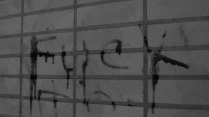"""Ordet """"fuck"""" skrivet på en vägg."""