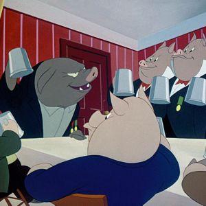 Valtaan nousseet siat kallistelevat tuoppeja elokuvassa Eläinten vallankumous