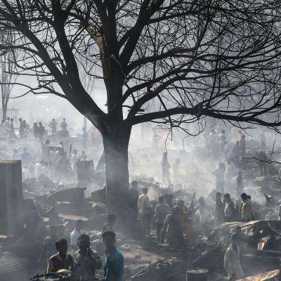 Tuhoutunut hökkeilikylä Kandivalin slummissa Mumbaissa maanantaina.