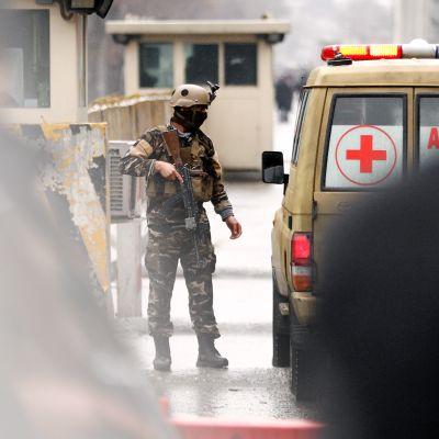 Turvamies tarkastaa ambulanssia Kabulin keskustassa Afganistanissa.