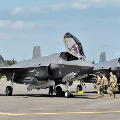 Yhdysvaltalainen F-35 -hävittäjä Turussa.