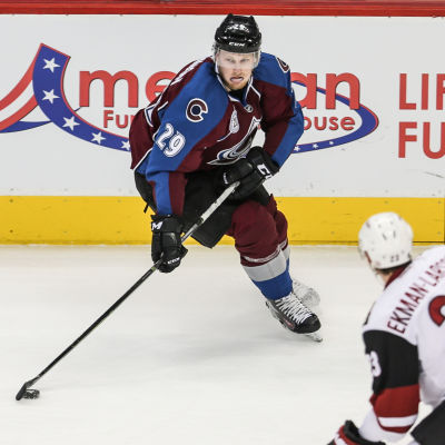 Nathan MacKinnon i Colorado-tröja i NHL.