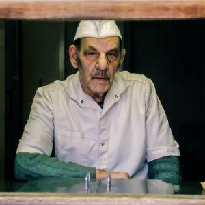Frysarn, Harry Gustafsson sitter vid luckan till sin korvförsäljning.