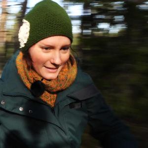Nora Gullmets springer i skogen.