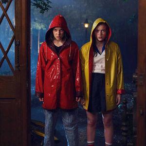 Två flickor ur serien Stranger Things.