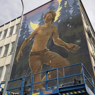 Helsinkiläistaiteilija Anetta Lukjanovan suunnittelema ja maalaama muraali Kajaanissa Kauppakadulla.