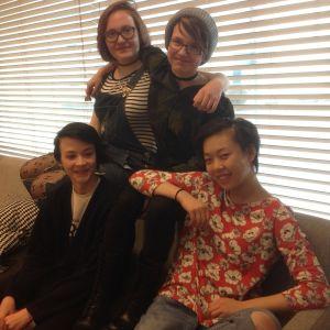 Fyra ungdomar sitter i soffan på ett ungdomscafé