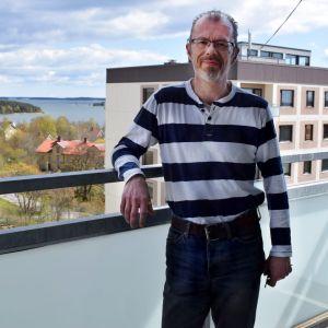 Roger Sjöqvist på balkongen i Dit-centern med Dalsbruks hamn i bakgrunden.