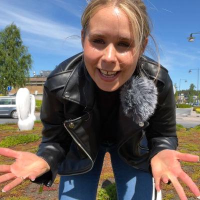 En kvinna som står i en rondell.