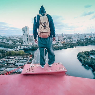 Venäläinen Oleg seisoo Živopisny-kaarisillan huipulla Moskovassa.