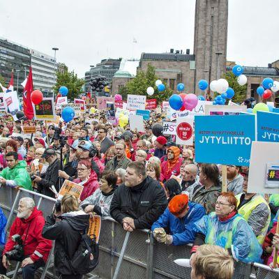 #STOP-mielenilmaus Helsingin Rautatientorilla.
