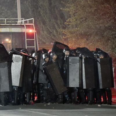 Erikoisjoukkojen sotilaat sulkevat kadun Koi Tashissa Kirgisiassa.