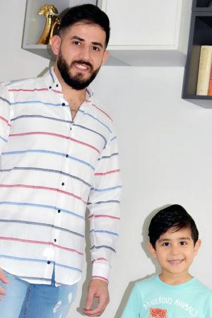 En irakisk man och hans son vid en bokhylla.