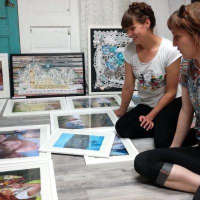 Miia Laurila ja Jenni Parikka taideteosten äärellä