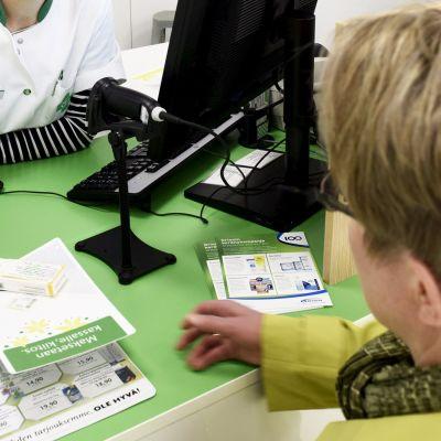 Proviisori palvelee asiakasta apteekissa.
