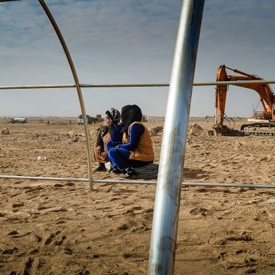 Alia ja hänen äitinsä odottavat teltan pystyttämäistä Washo Kanin leirissä Koillis-Syyriassa.