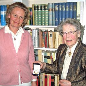Carina Wallgren-Pettersson får ett smycke av Märta Donner.