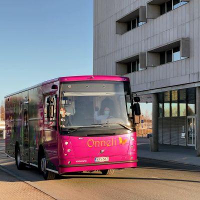 Oulun kulttuuripääkaupunkihakemusta lähdettiin viemään Helsinkiin kirjastoauto Onnelin kyydissä