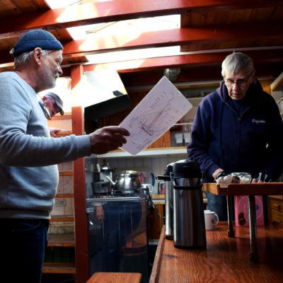 Tom Westerlund och Torbjörn Hägg står nere i Eugenias kabyss.