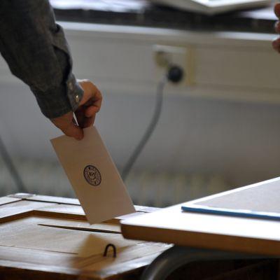 Vaalikuoren tiputtaminen vaaliuuraan.
