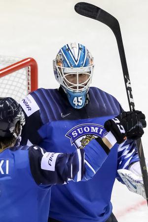 Jussi Olkinuora och Oliwer Kaski jublar efter 5-0-segern.