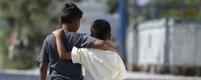 Två barn som har armarna runt varandra. Barnen är på flyktinglägret Kara Tepe på ön Lesbos i Grekland. Bilden är från år 2017.