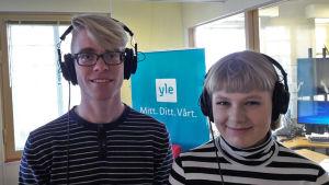 Algot Silvennoinen och Wilma Ek i radiostudion.