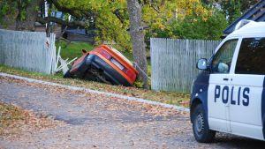 En bil rammade staketet i centrum av Ekenäs.